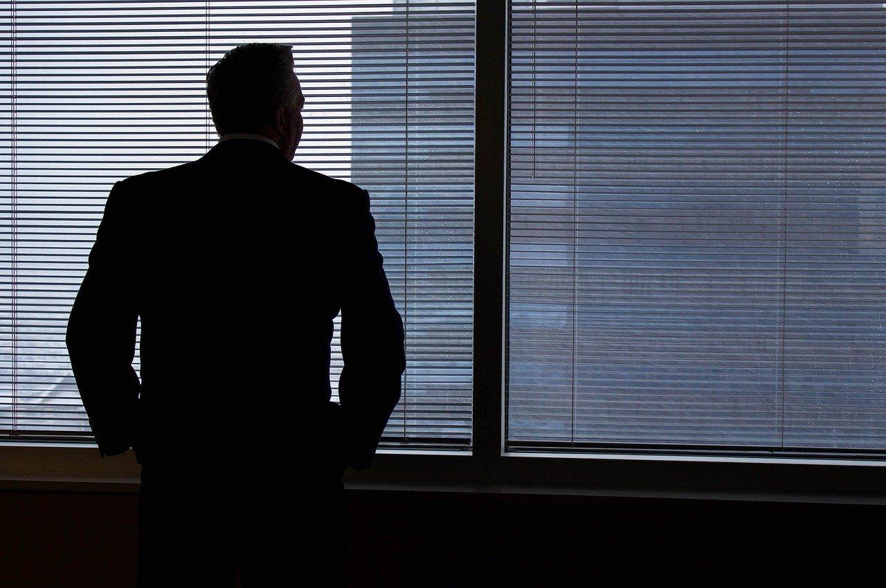 窓の外を見る男性