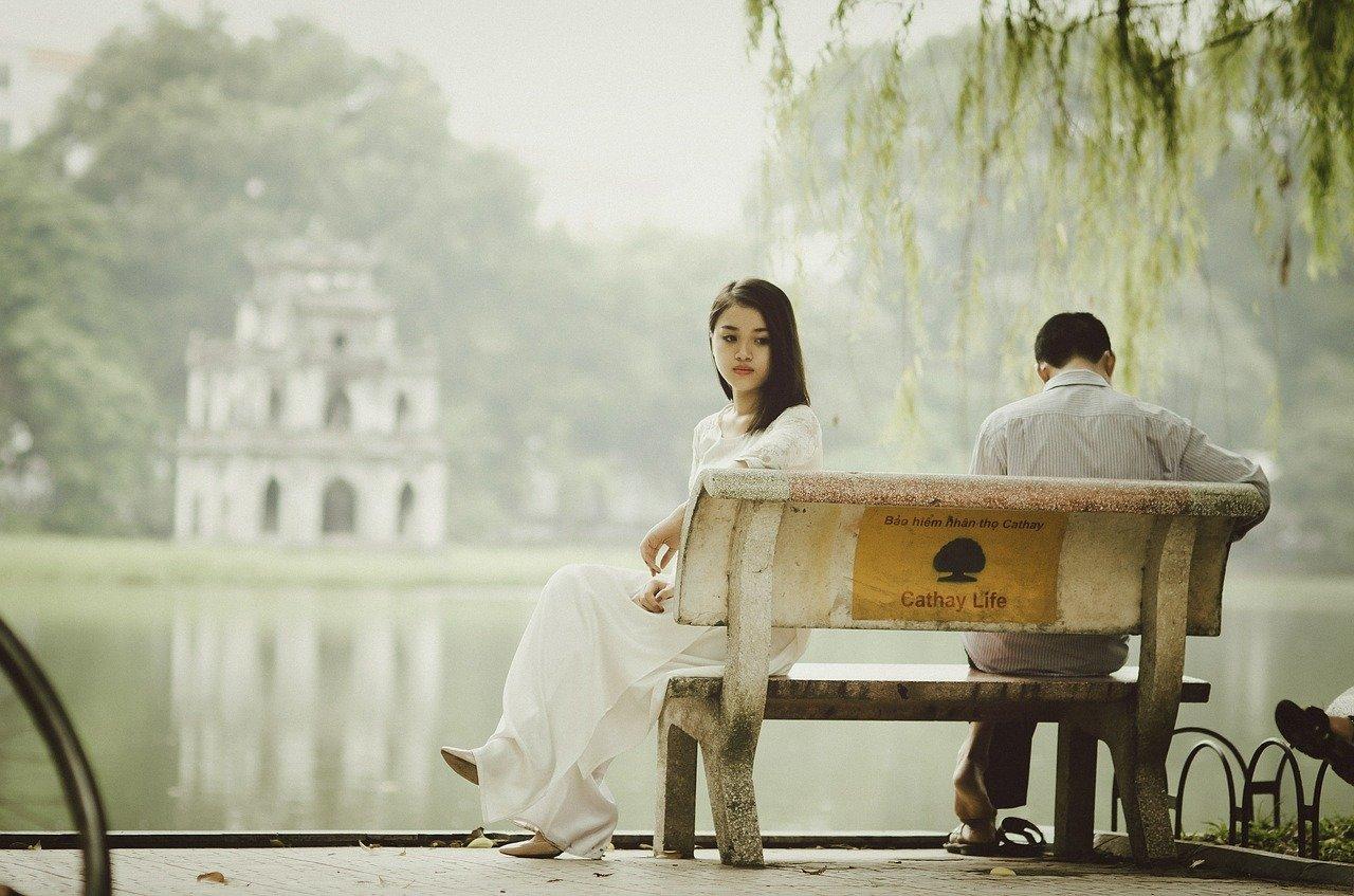 距離を置く女性