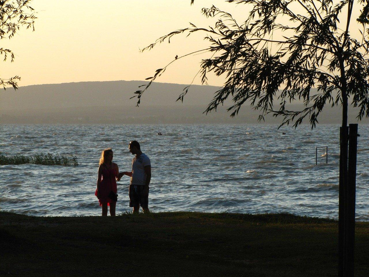 湖を見る恋人