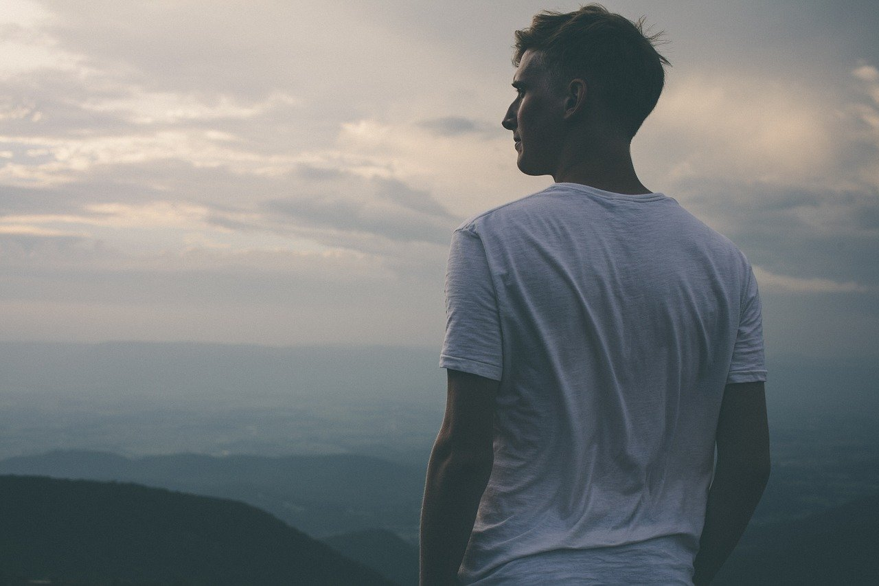 遠くを見る男性