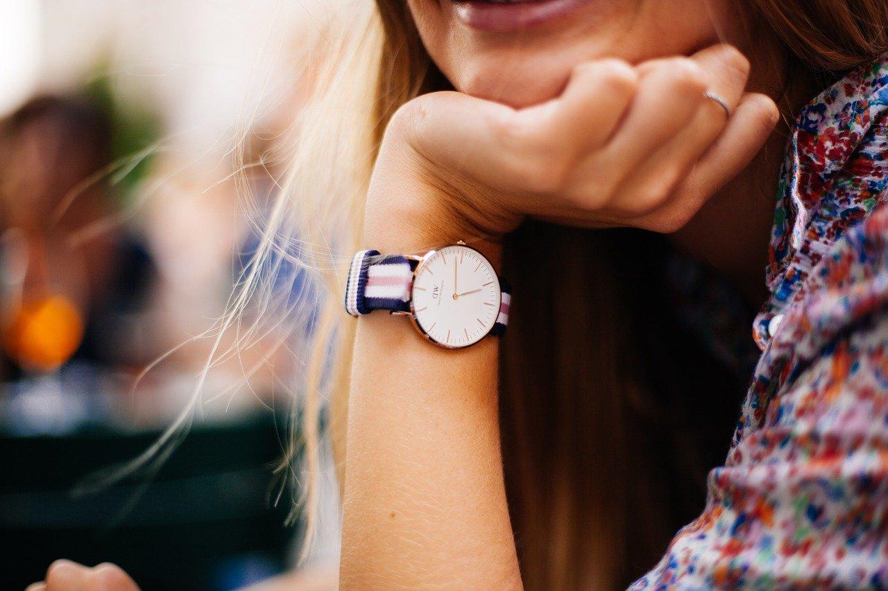 腕時計をした女性