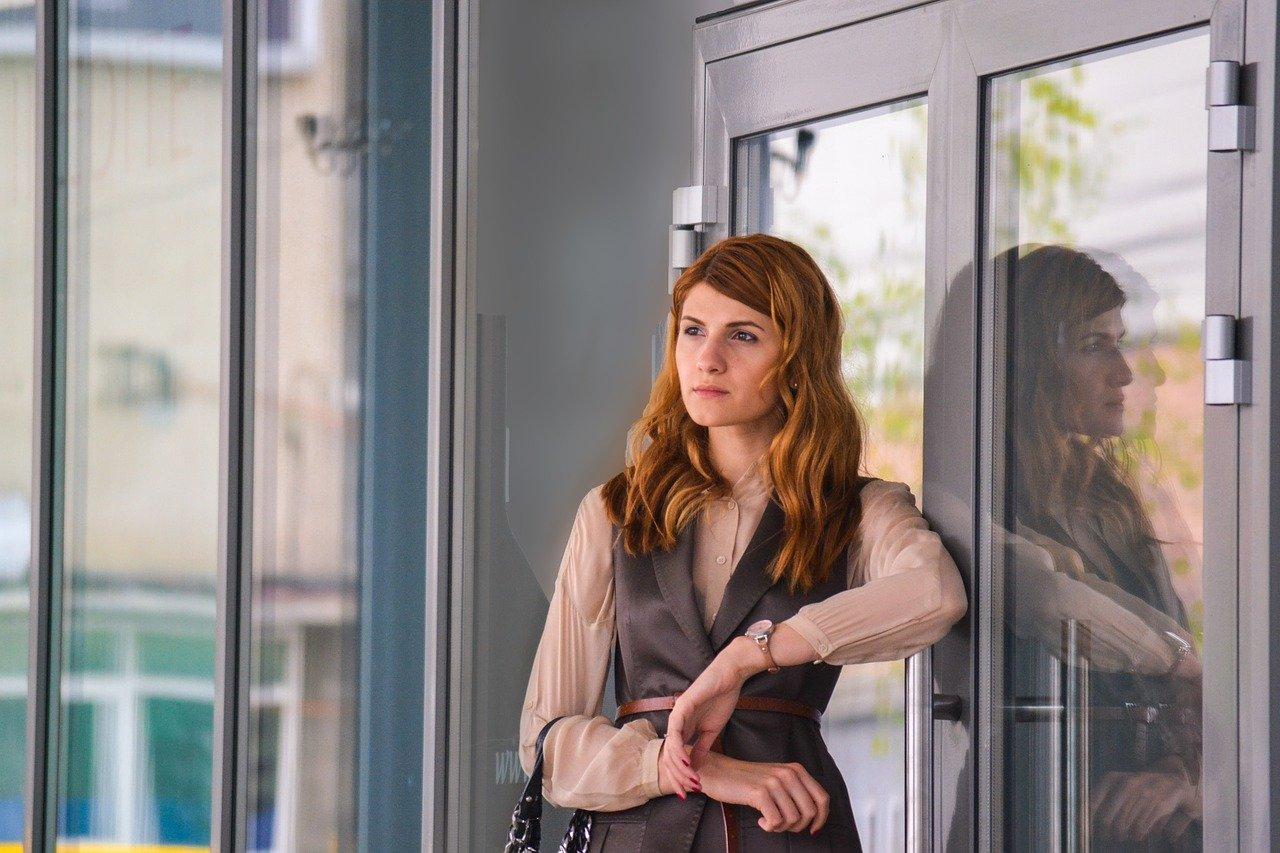 オフィスの前に立つ女性