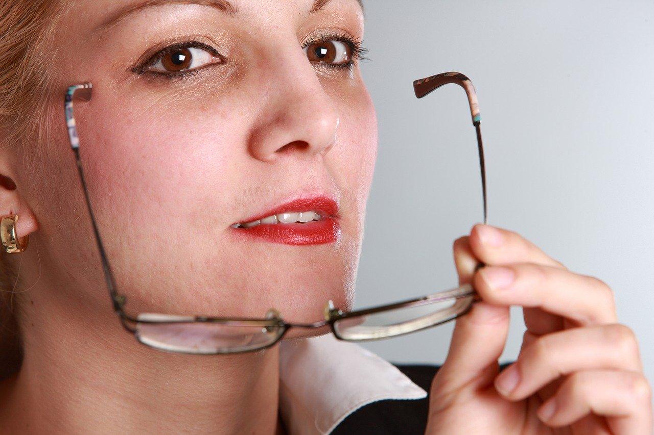 メガネを外す女性