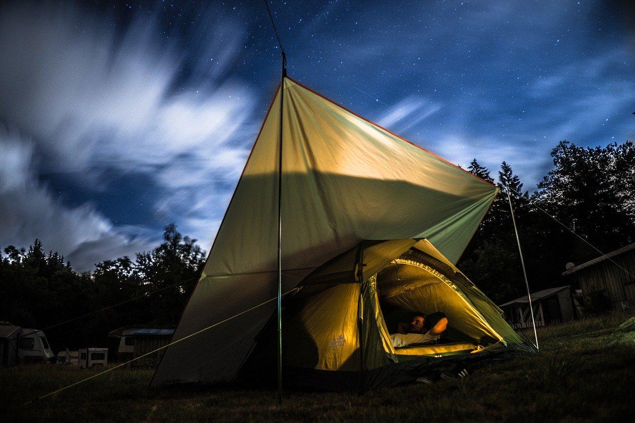 キャンプをする男性