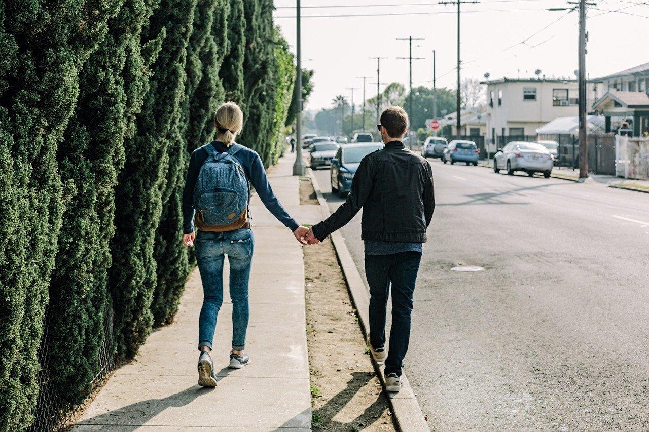 手を繋ぐ恋人