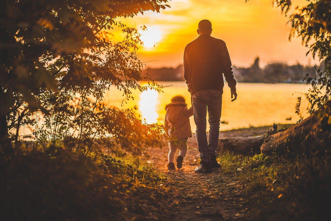 夕日を見る父と子