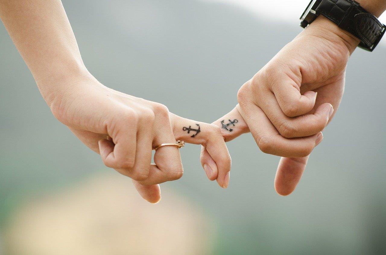 指をつなぐ恋人