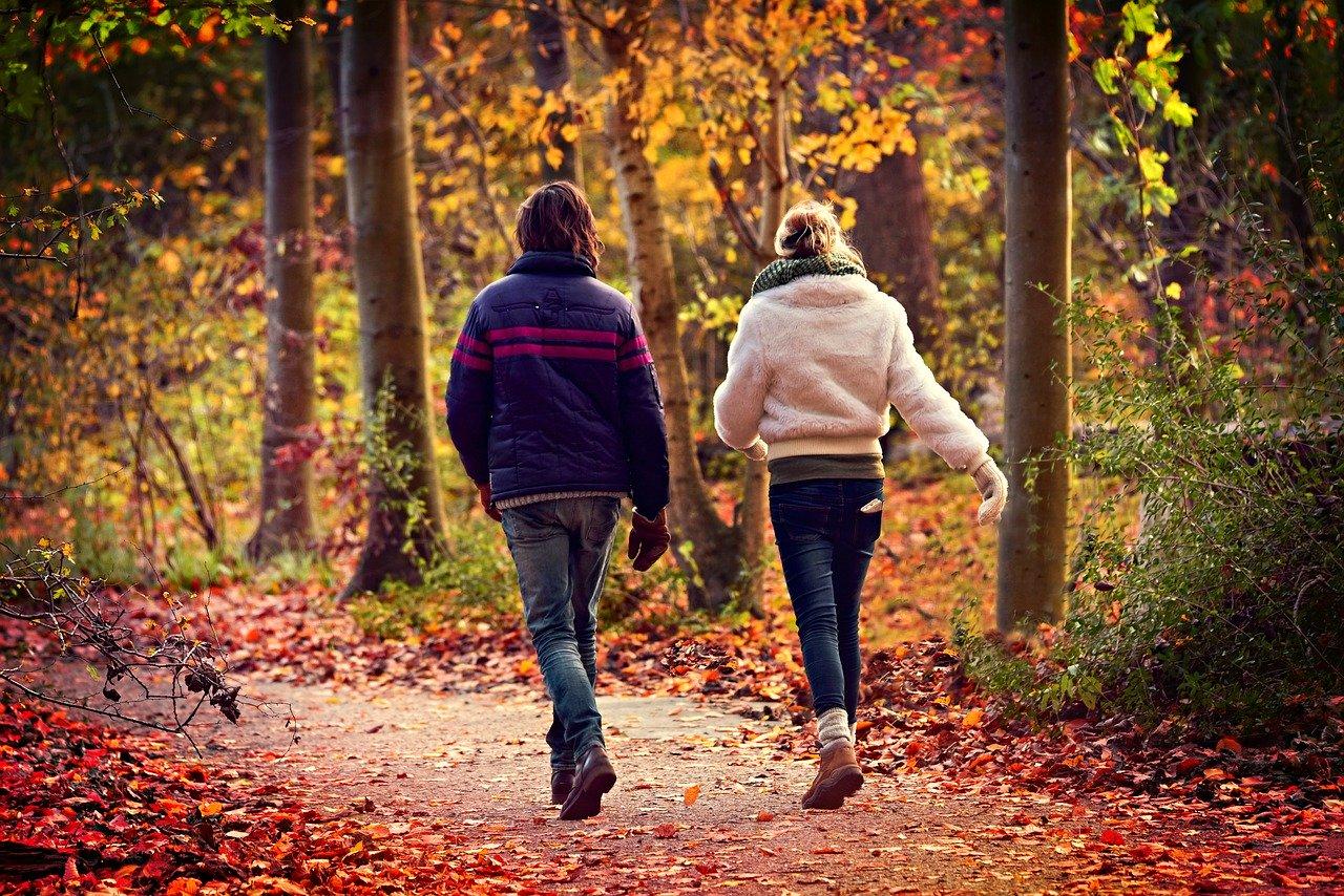 散歩をする男女