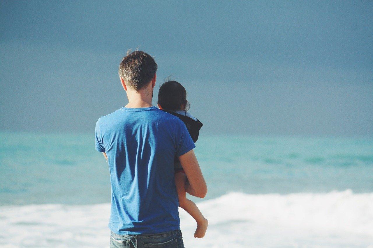 海を見る父と子