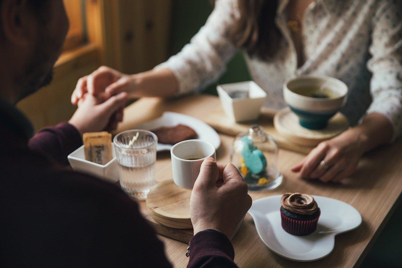 カフェにいる恋人