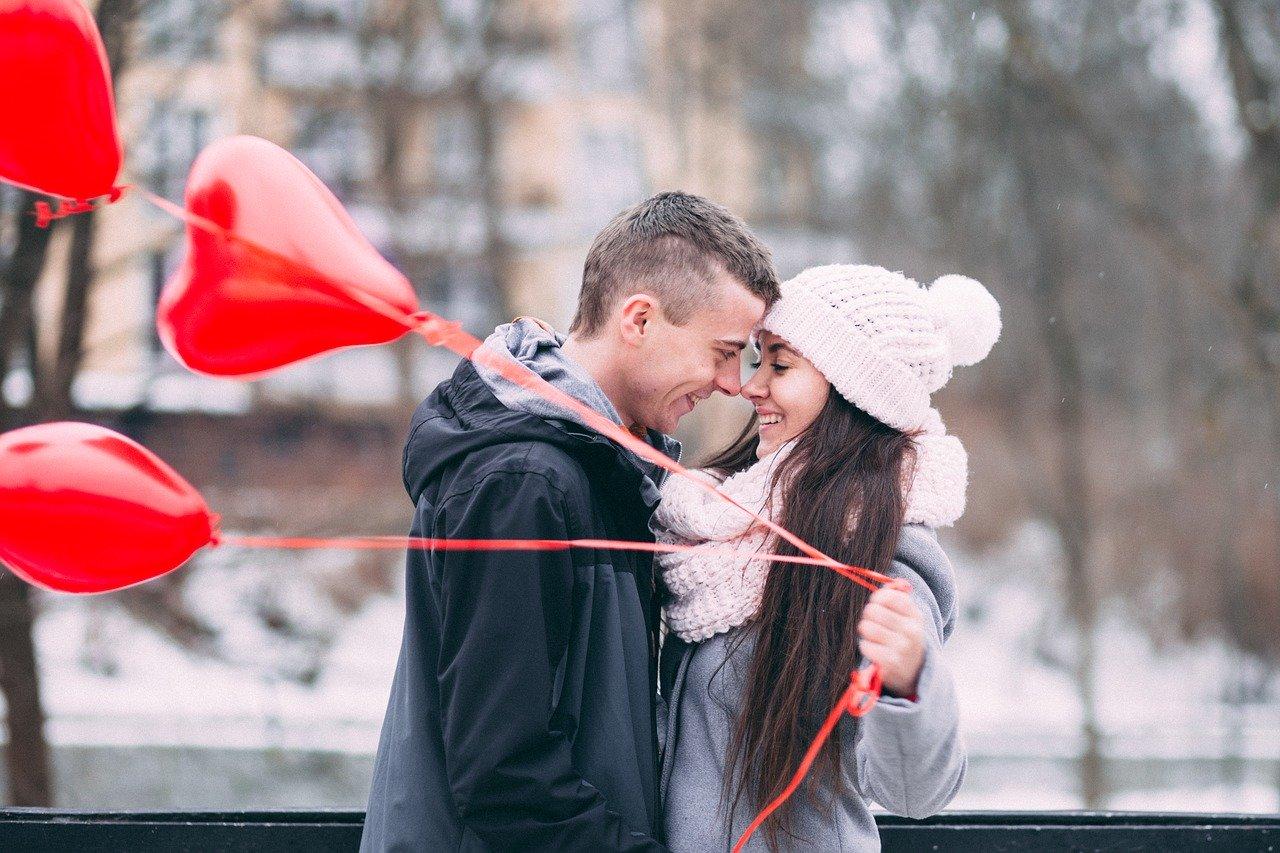 顔を近付けるカップル