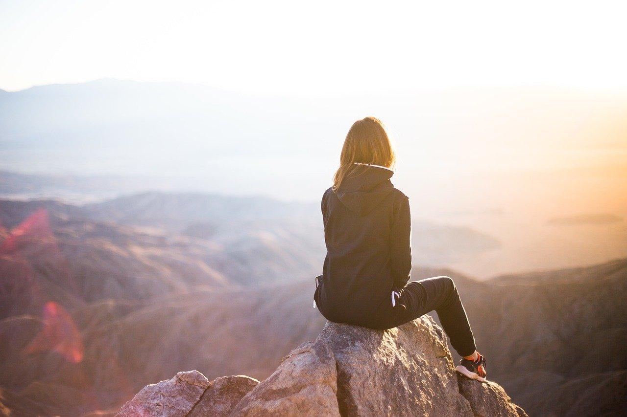 山登りをする女性