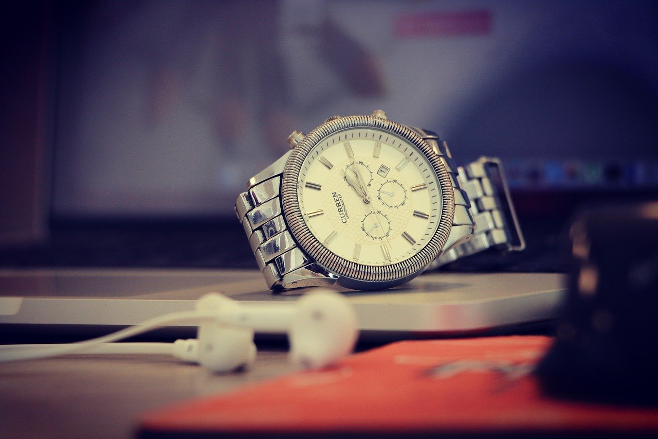 机の上の腕時計
