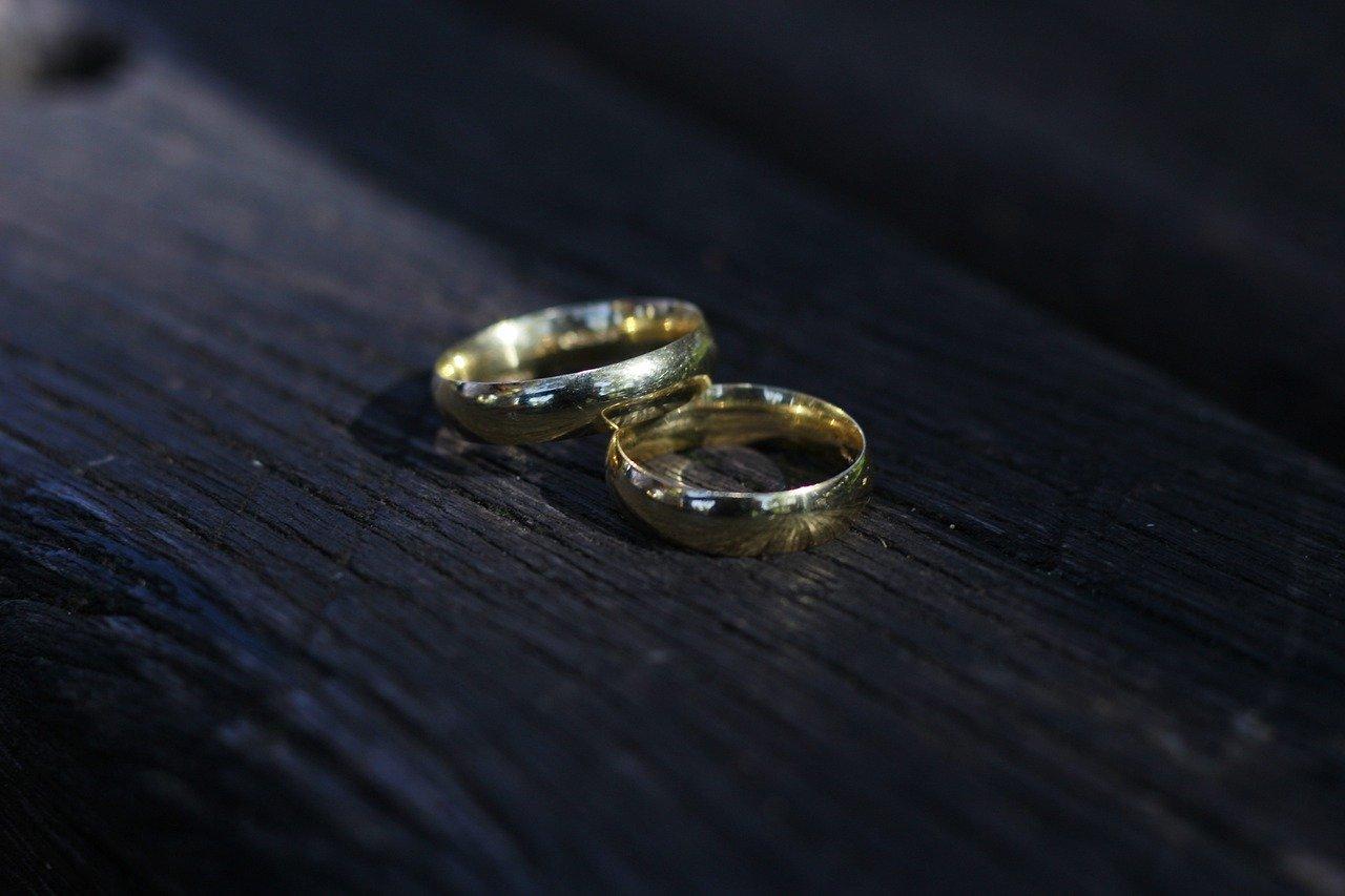 机に置かれた結婚指輪