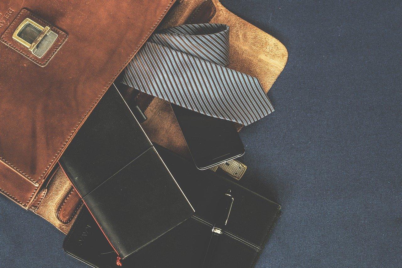 男性のバッグの中のスマホ