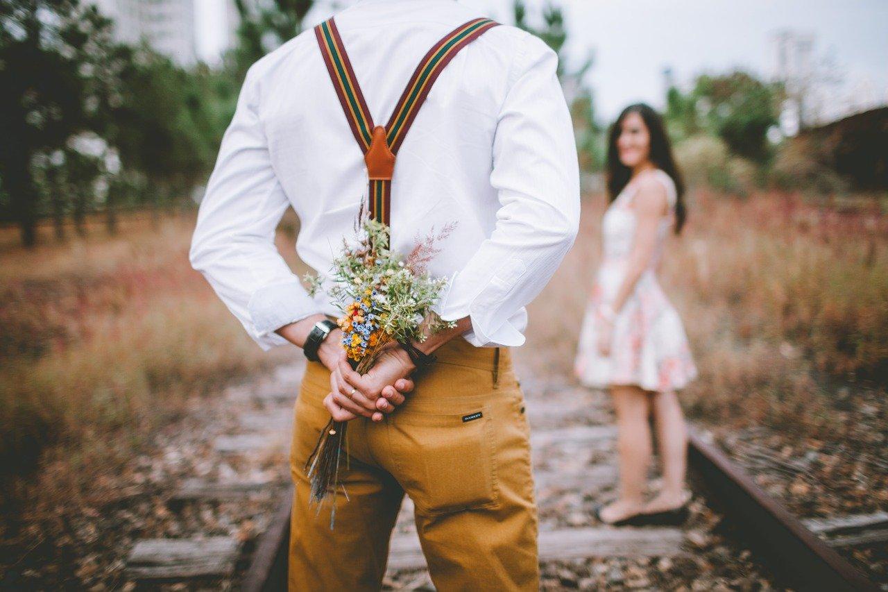 花を渡す男性