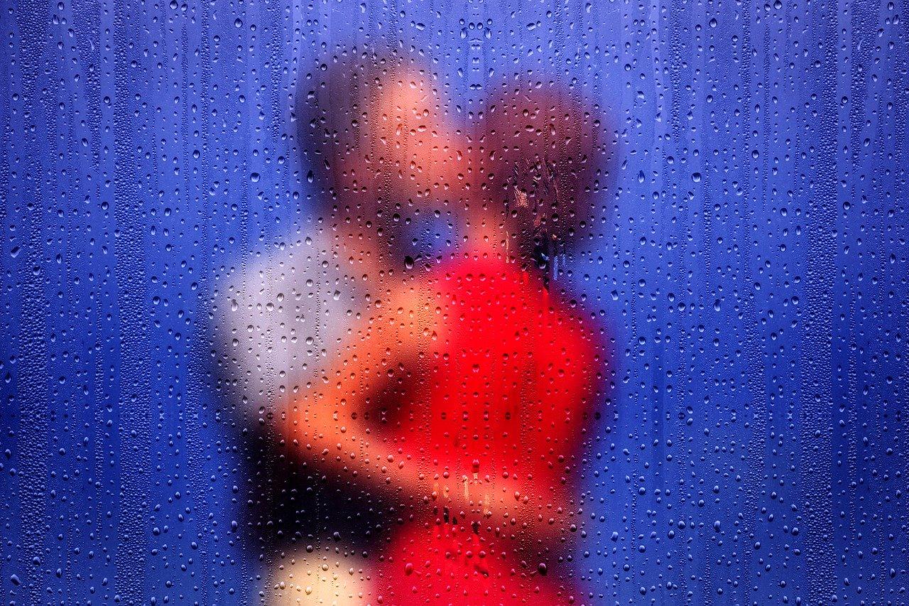 キスをする恋人