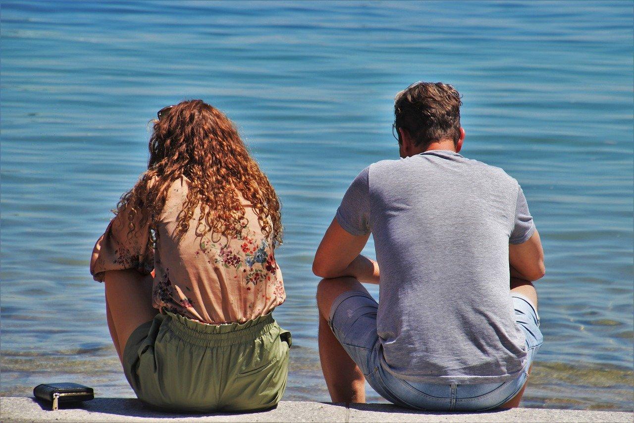 海辺に座る夫婦