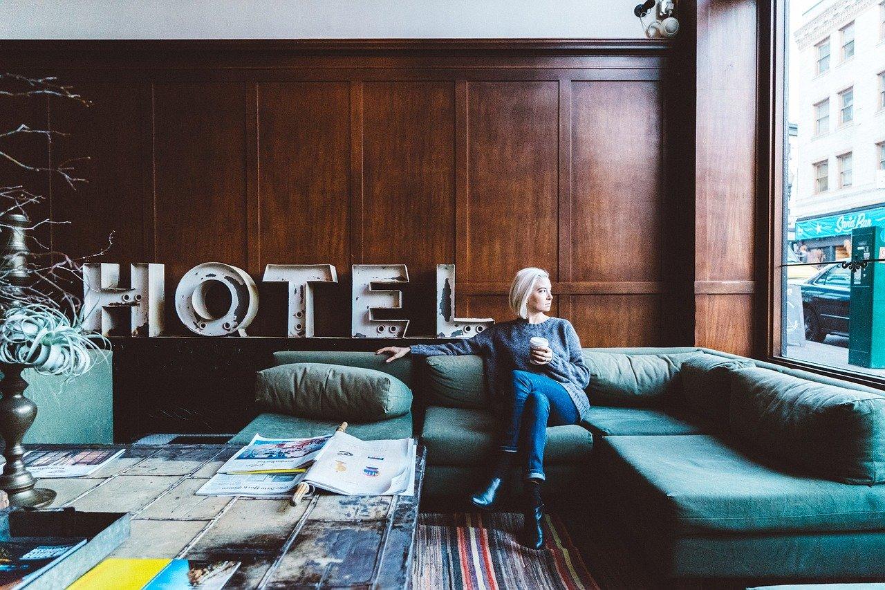 ホテルにいる女性
