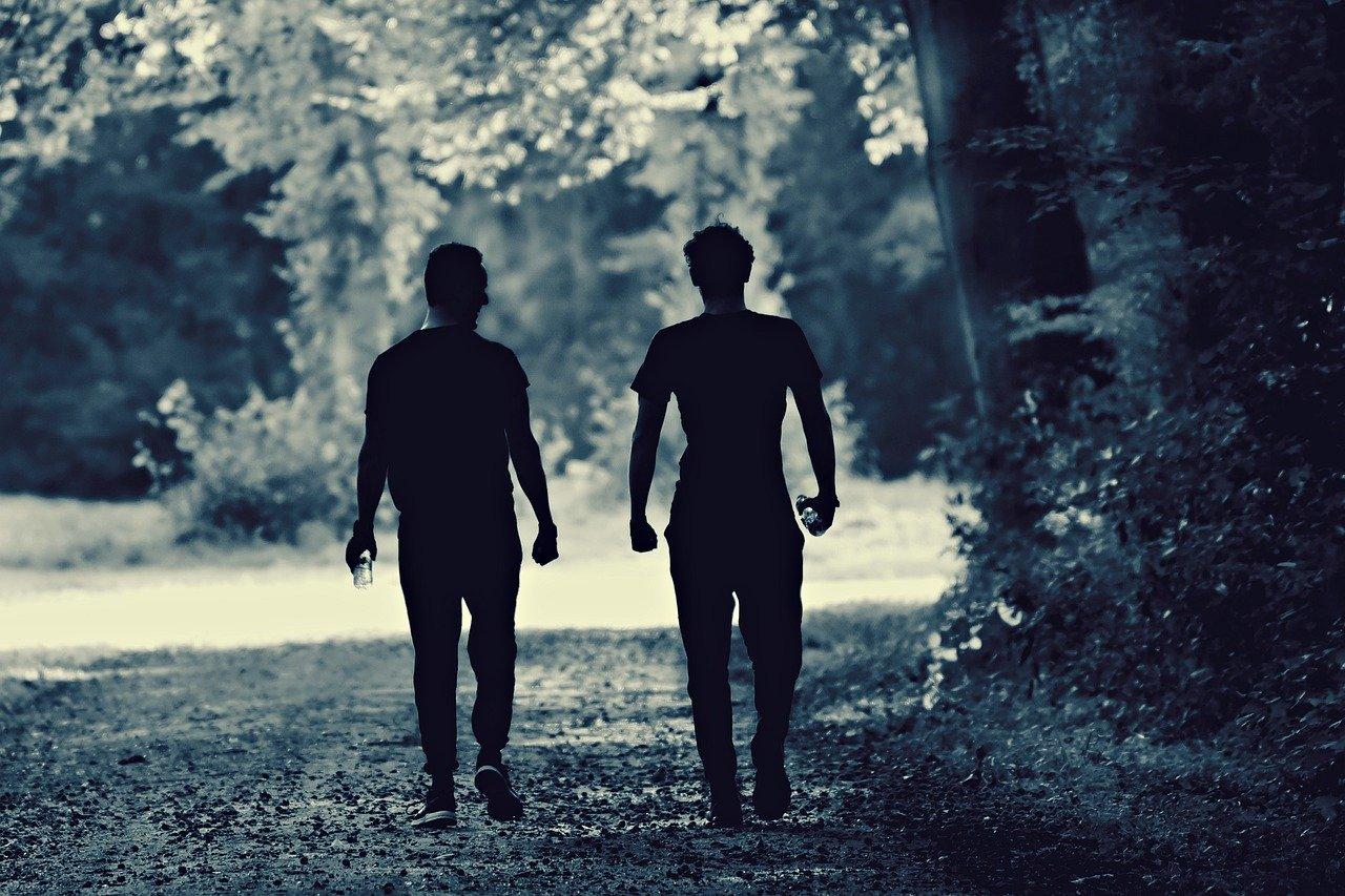 友達と歩く男性