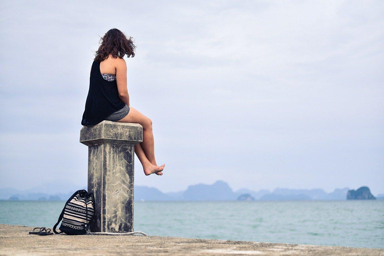 1人で海を見る女性