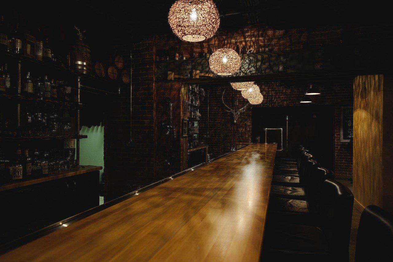 薄暗いレストラン