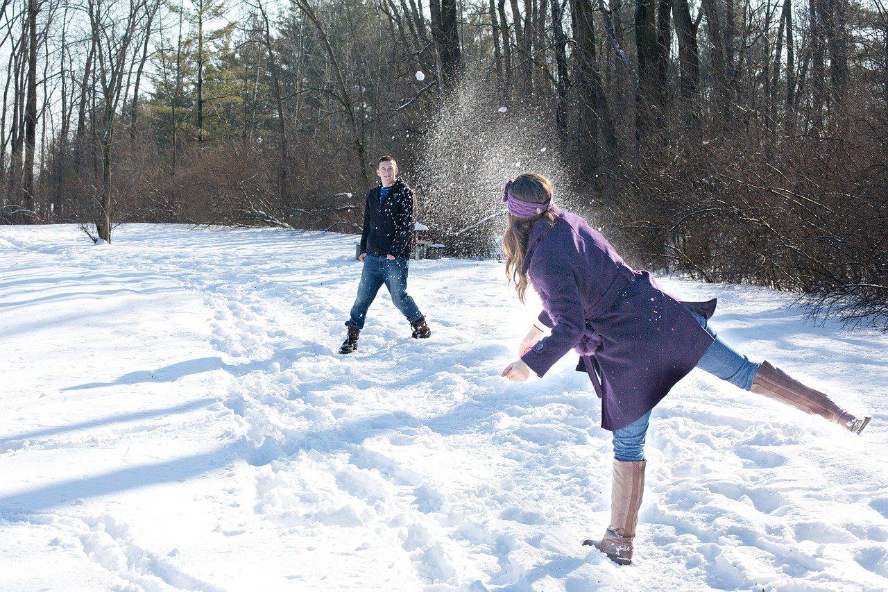 雪遊びをする男女