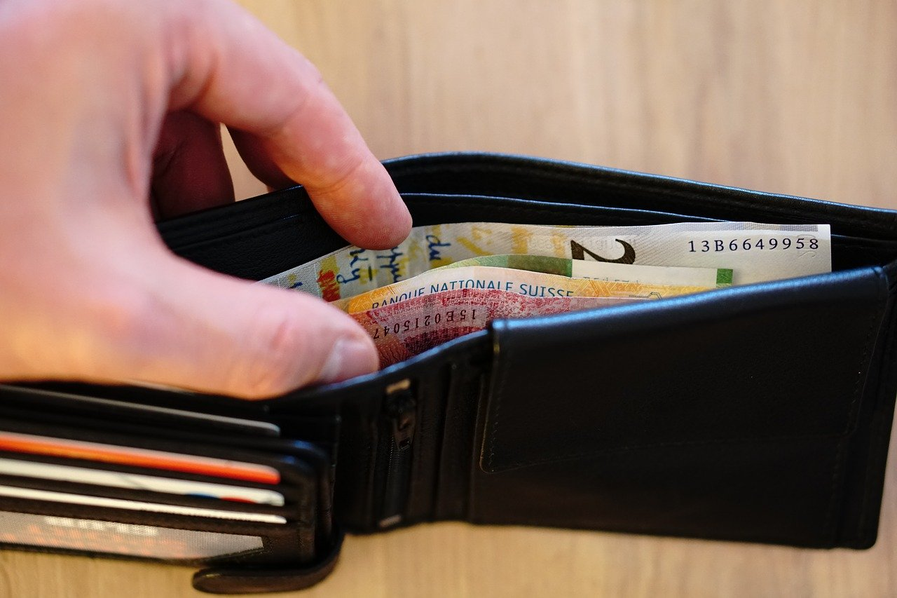 財布からお金を出す男性