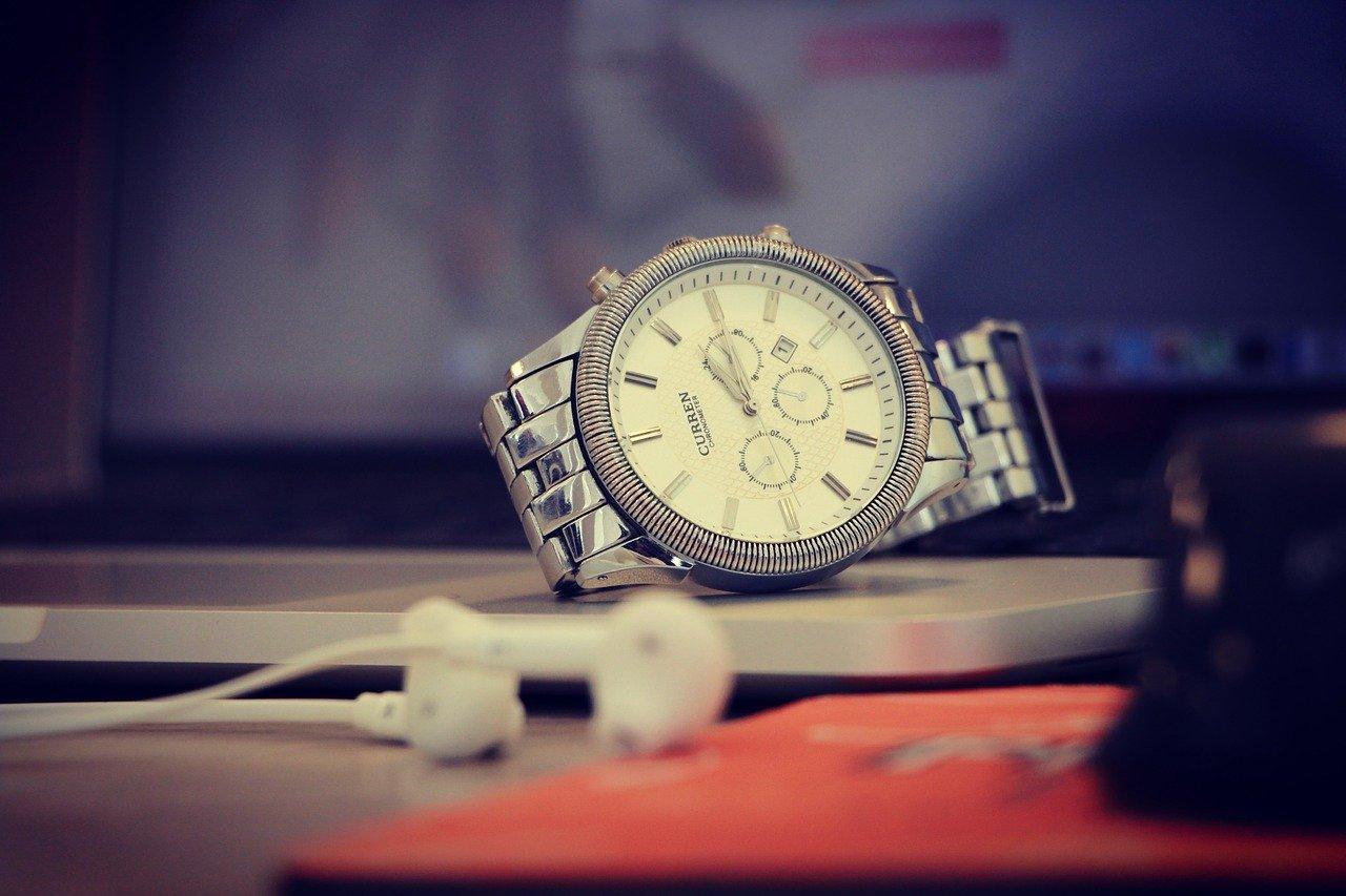デスクの上の腕時計
