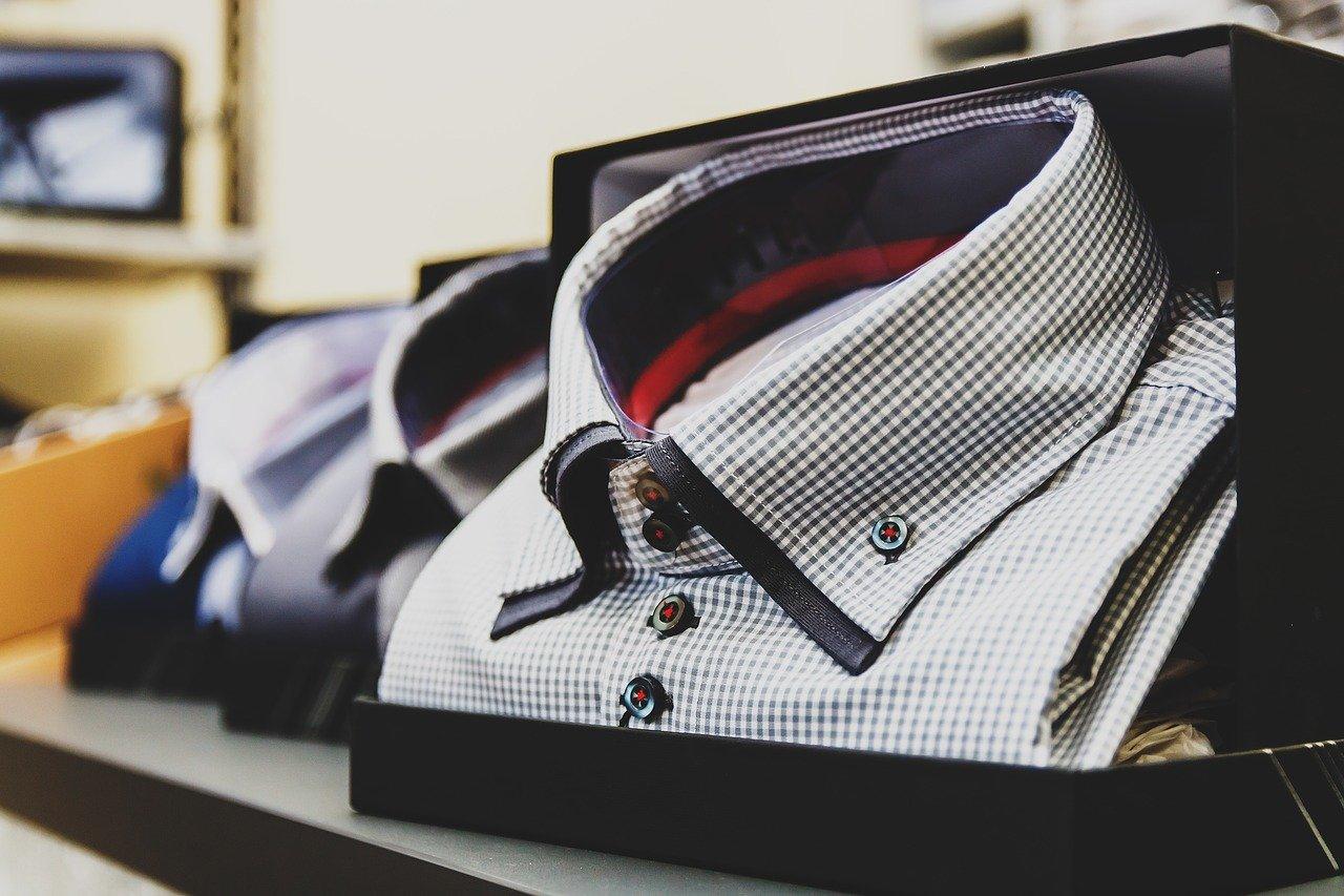 男性のシャツ