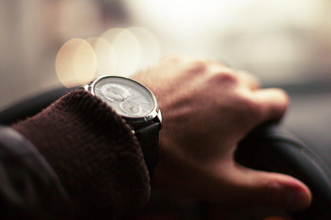 車を運転する男性の腕時計