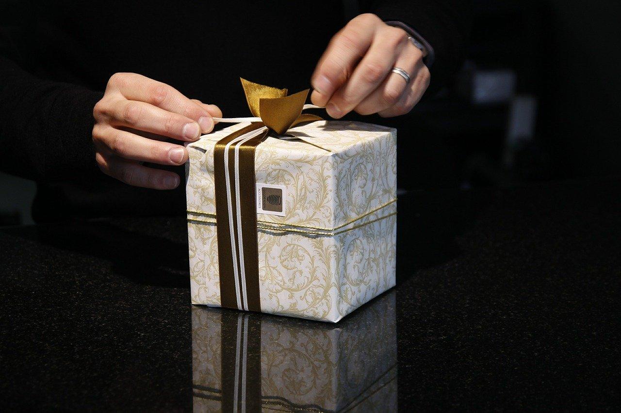 プレゼントを開ける男性