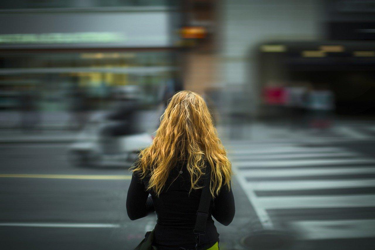 街の中に立つ女性