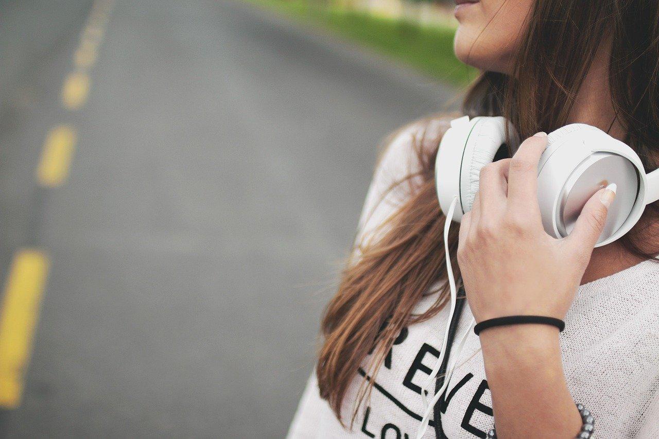 音楽を聴きながら歩く女性