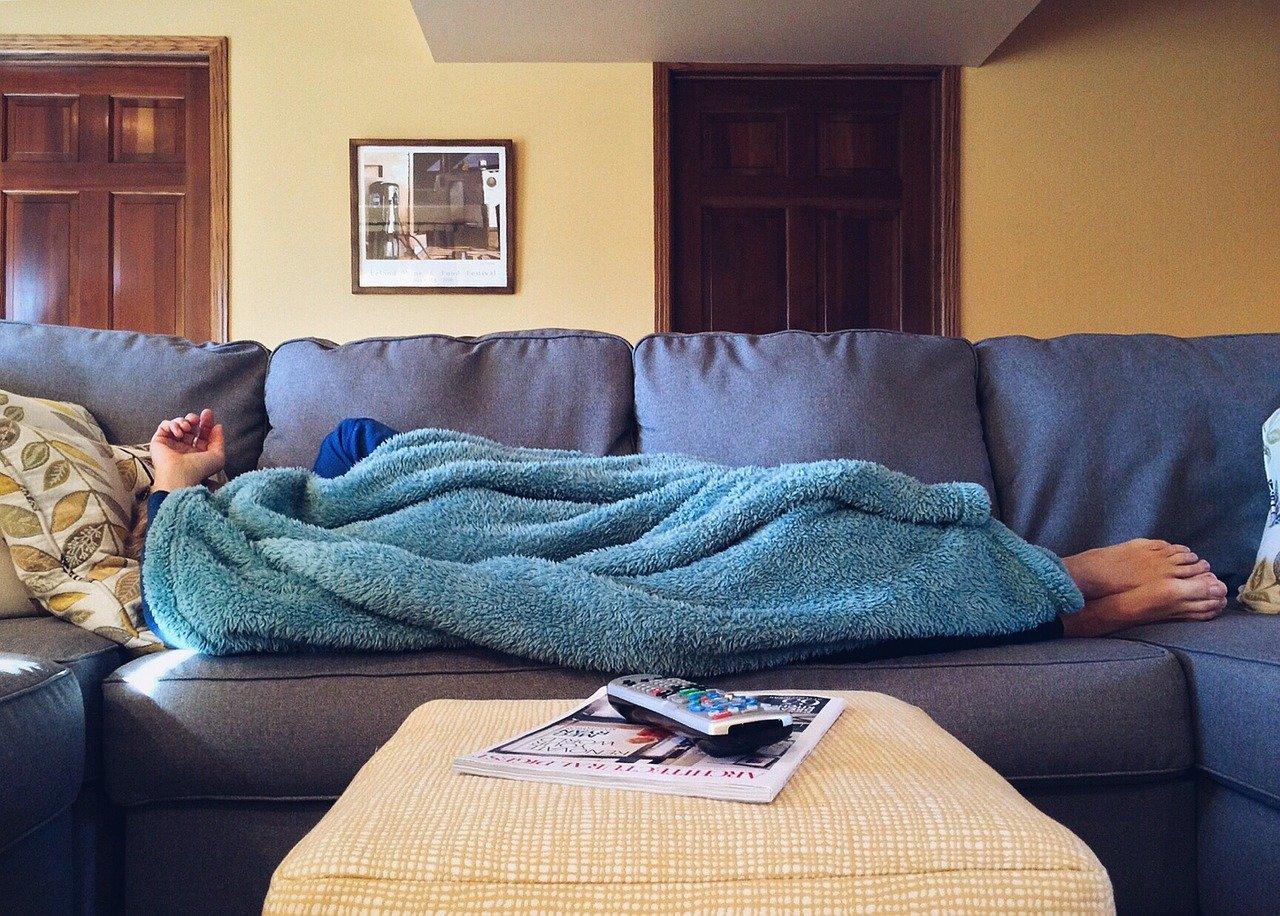 ソファーに寝る男性