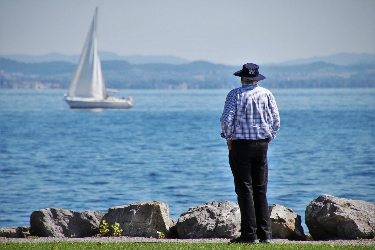 海を見るシニア男性