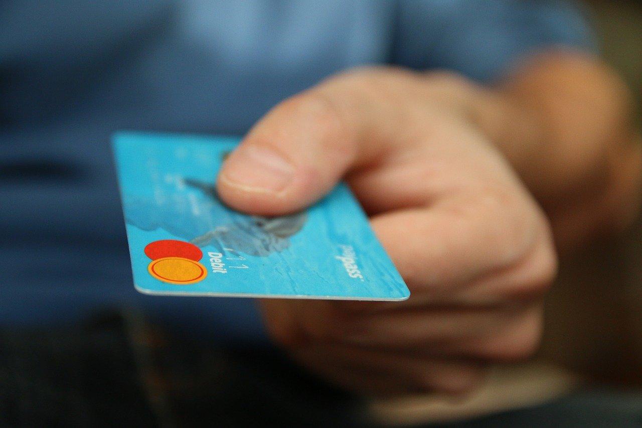 クレジットカードを出す男性