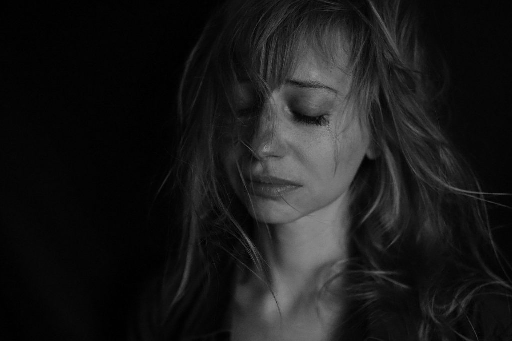 涙を流す女性