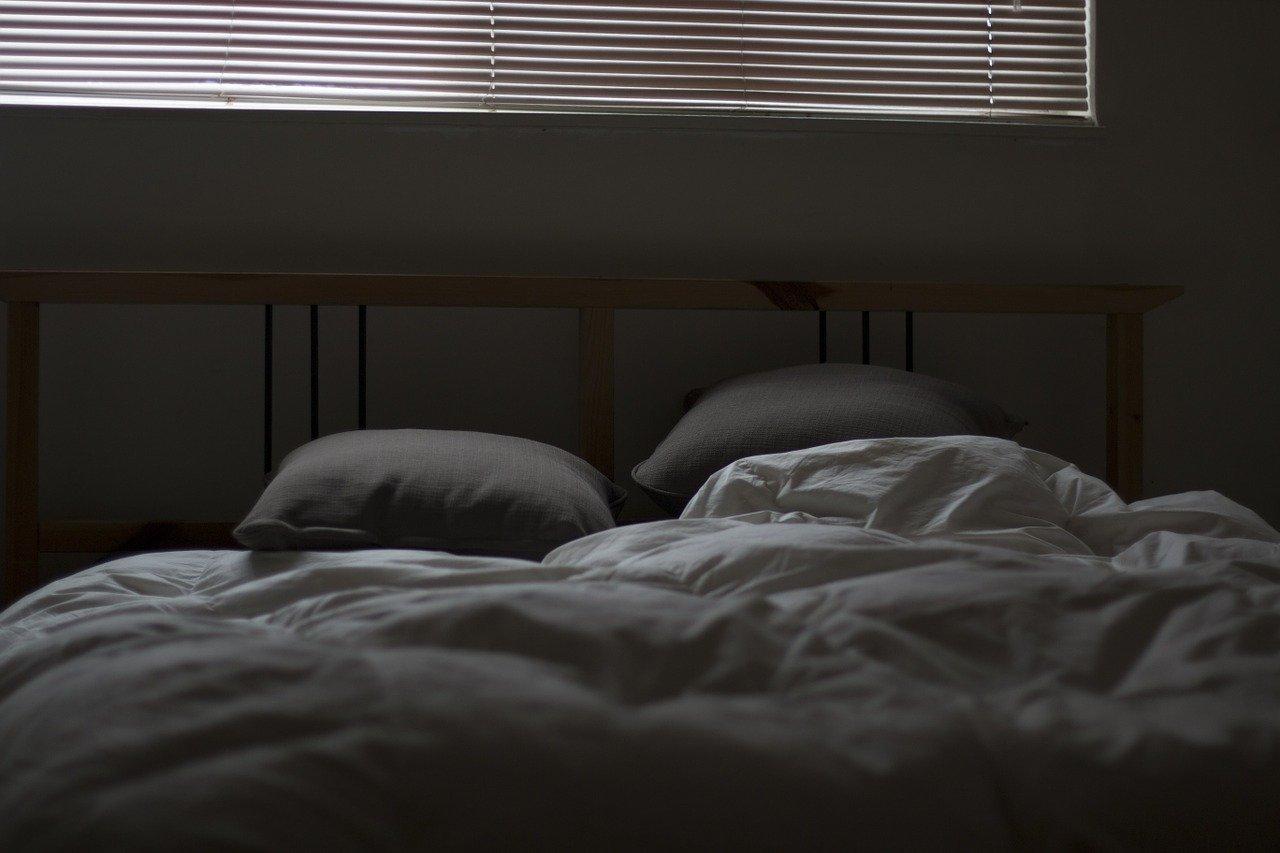 モノクロのベッド