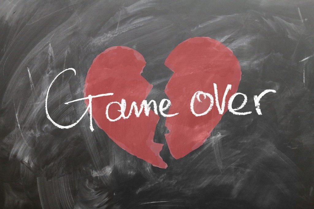 ゲームオーバーと書かれた黒板