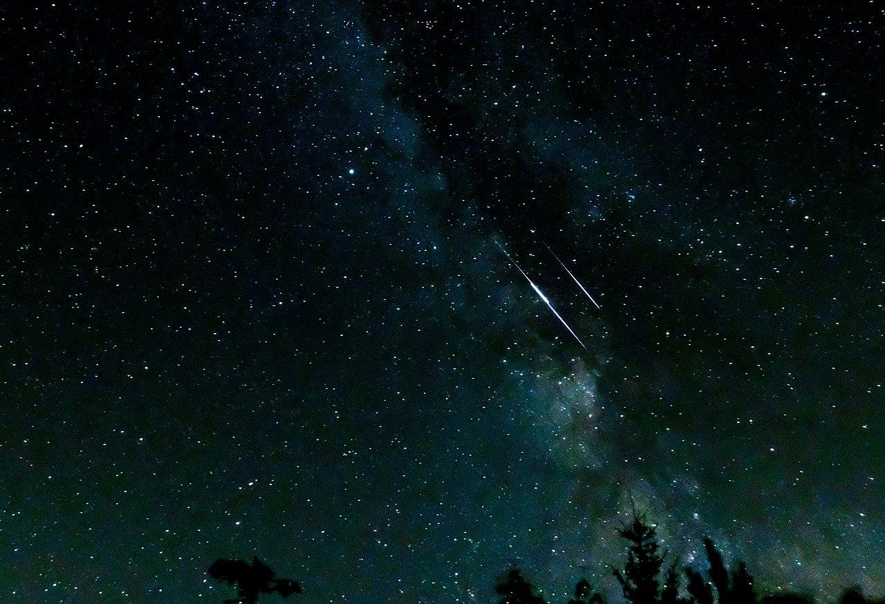 夜空と2つの流れ星