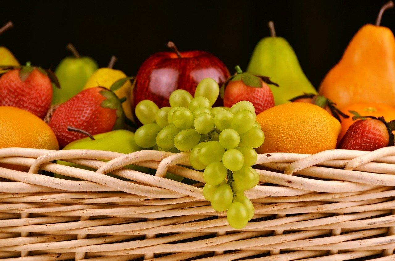 バスケットに盛られたフルーツ