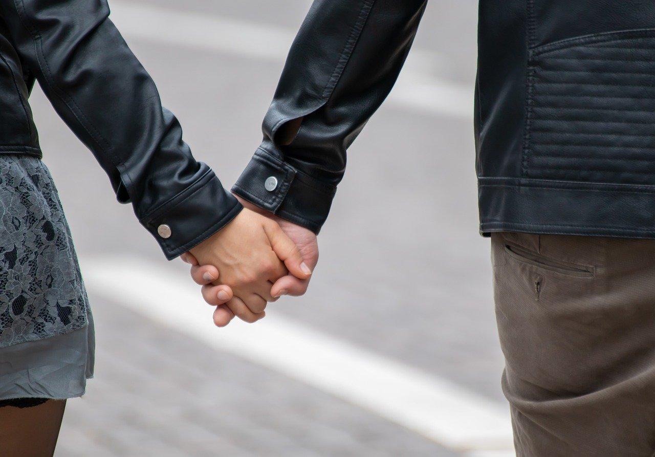 手を繋いだ恋人