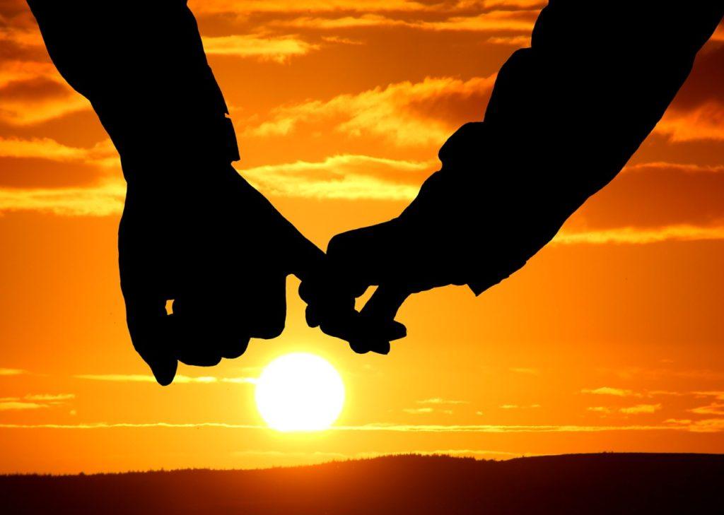 夕陽で手をつなぐ恋人