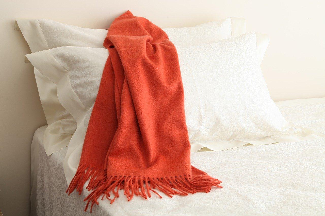ベッドに置かれたマフラー