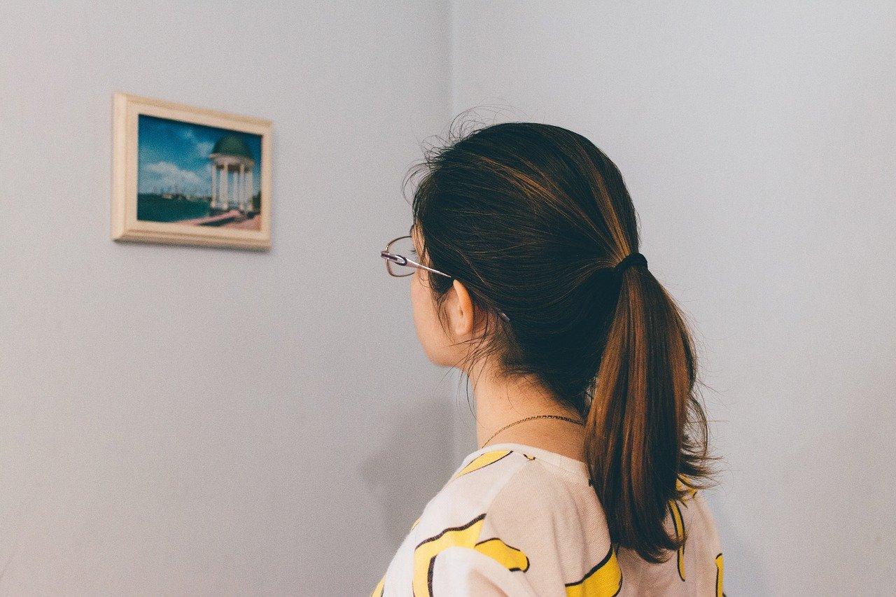 写真を眺める女性