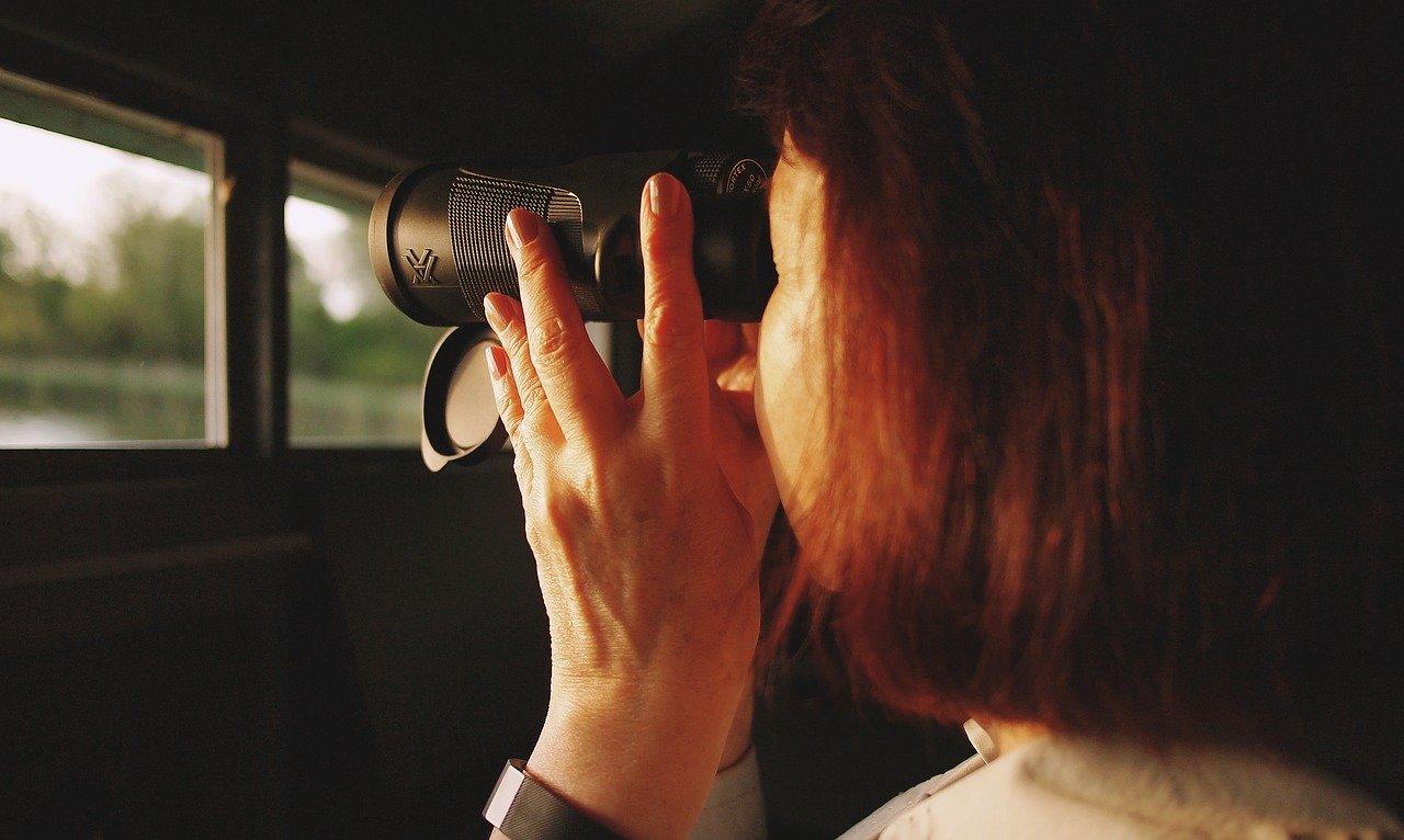 双眼鏡を見る女性