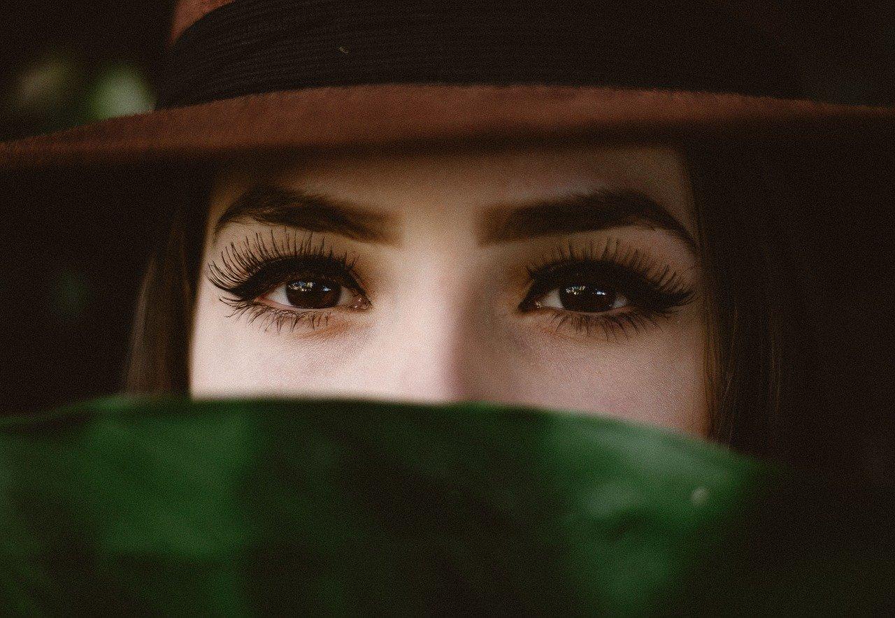 女性の目と眉毛