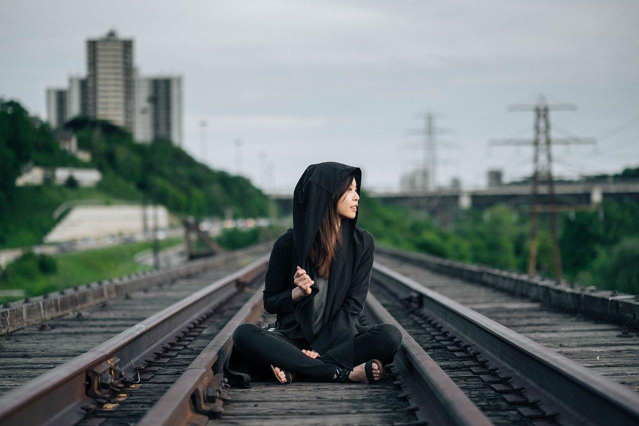 線路に座る女性