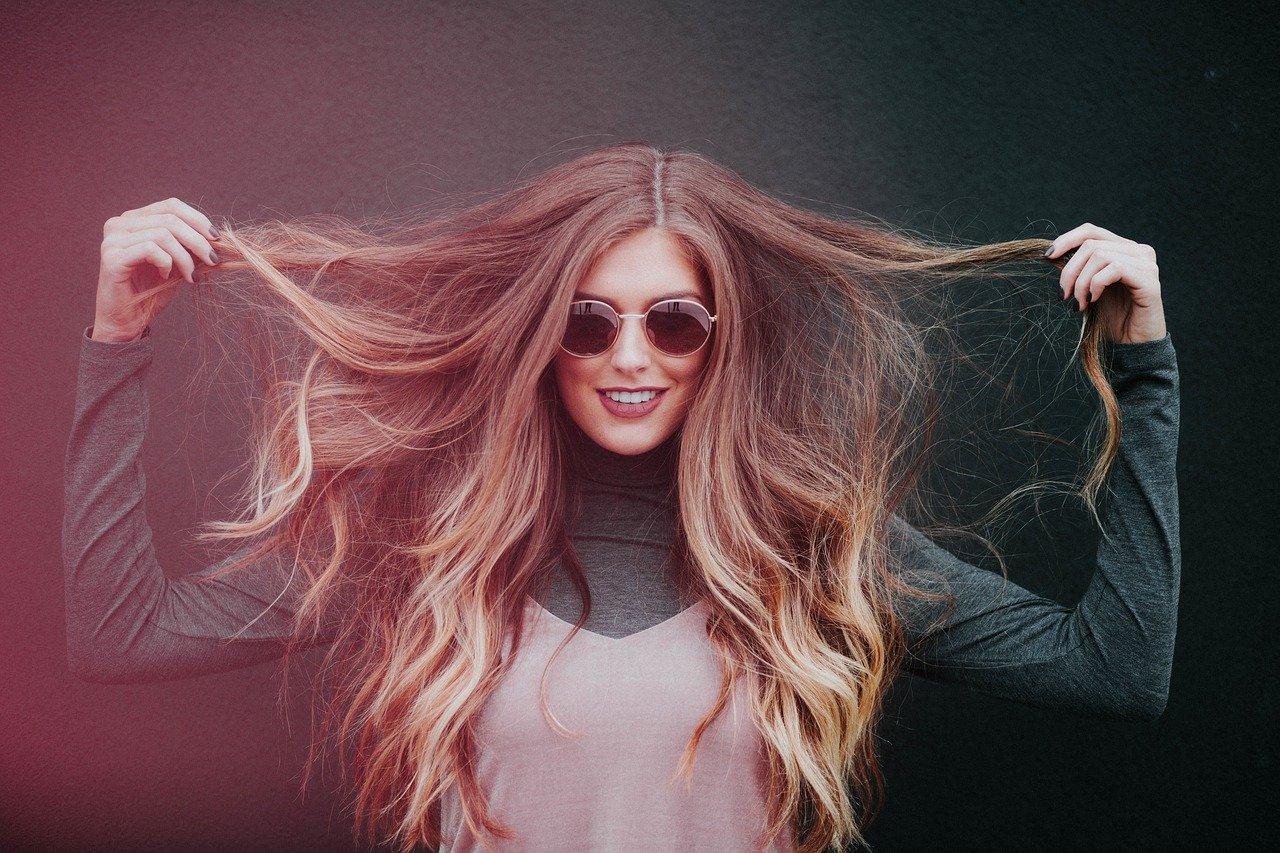 髪を広げる女性
